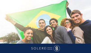"""IDH Brésil - Photo montrant des jeunes devant le drapeau du Brésil pour l'article chez Solere-Avocats.Fr intitulé """"IDH Brésil - L'indice de développement humain progresse au Brésil"""""""